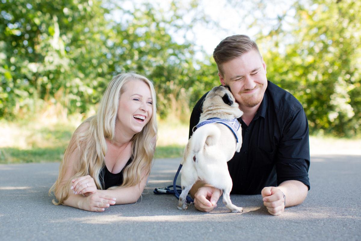 Fotoshooting mit Paar und Hund