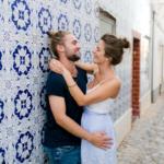 Paarshooting in Portugal vor bunten Fließen